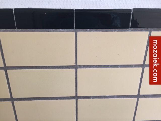 Dennie uit Rotterdam zoekt een kleine hoeveelheid lichtgele tegels van 10×20 cm, zijdeglans glazuur. Voor de zwarte randtegels die 15×5 cm kunnen de zwarte glanzende tegels van van 15,2×7,5 gebruikt worden. Met een tegelsnijder moet dan een strook van de …