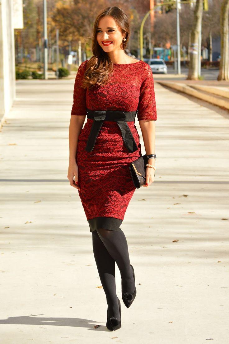 1000 MANERAS DE VESTIR: Burgundy lace knee-high dress with black details+black tights+black pom-pom pumps+black envelope clutch with golden details+pearl earrings. Christmas Party Outfit 2016