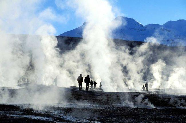 Geyser del Tatio! En pleno desierto de Atacama, Chile, descubrimos un campo de geyseres con una impresionante actividad de sus fumarolas. Hablamos de los Geysers del Tatio. Rodeados de cerros que superan los 5.900 metros de altura, el vapor que emerge de la tierra alcanza una temperatura de 85 grados, llegando a superar los siete y ocho metro