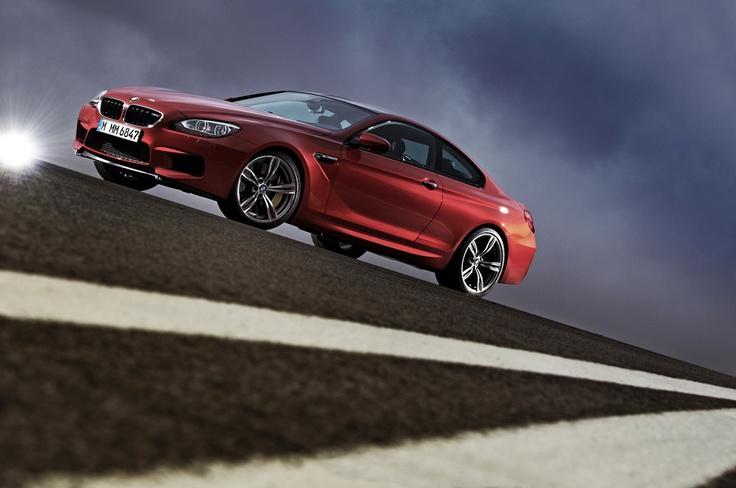 BMW M6 versión coupé. Motor V8, Twin Power Turbo, Valvetronic, 0-100 Km/h en 4.2 segundos, caja de cambios de siete marchas con doble embrague, volante con levas para el cambio de marchas, frenos de carbono y ceramica.