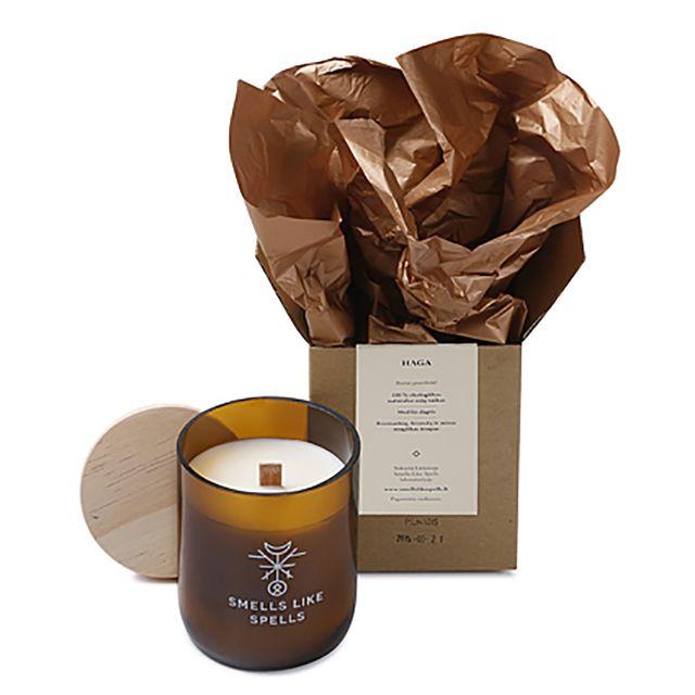 Smells Like Spells // HAG handgemachte Sojawachs Duftkerze Rosmarin Lavendel Myrrhe • aus 100% biologischem Sojawachs • mit Holzdocht, der beim Brennen angenehm knistert • hochwertiges Glas mit Holzdeckel • 100% Vegan • koscher, zertifiziert von Orthodox Union • verbrennt schadstofffrei & zweimal langsamer als gewöhnliche Paraffinkerzen • durch den niedrigen Schmelzpunkt ausbreitet sich das Aroma schneller und gleichmäßiger #MECode #Onlineshop #SmellsLikeSpells #Sojawachsduftkerze #Duftkerze