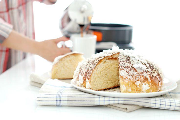 Receta de Toña Alicantina, mona alicantina o panquemao. Una receta de Alicante. Un bollo tostado cubierto de azúcar por fuera y esponjoso por dentro.