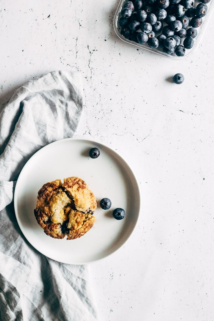 Bag lækre blåbærmuffins med vanilje, citron og sprød crumble top. Nem og hurtig opskrift på blåbær muffins, som smager skønt og holder sig saftige.