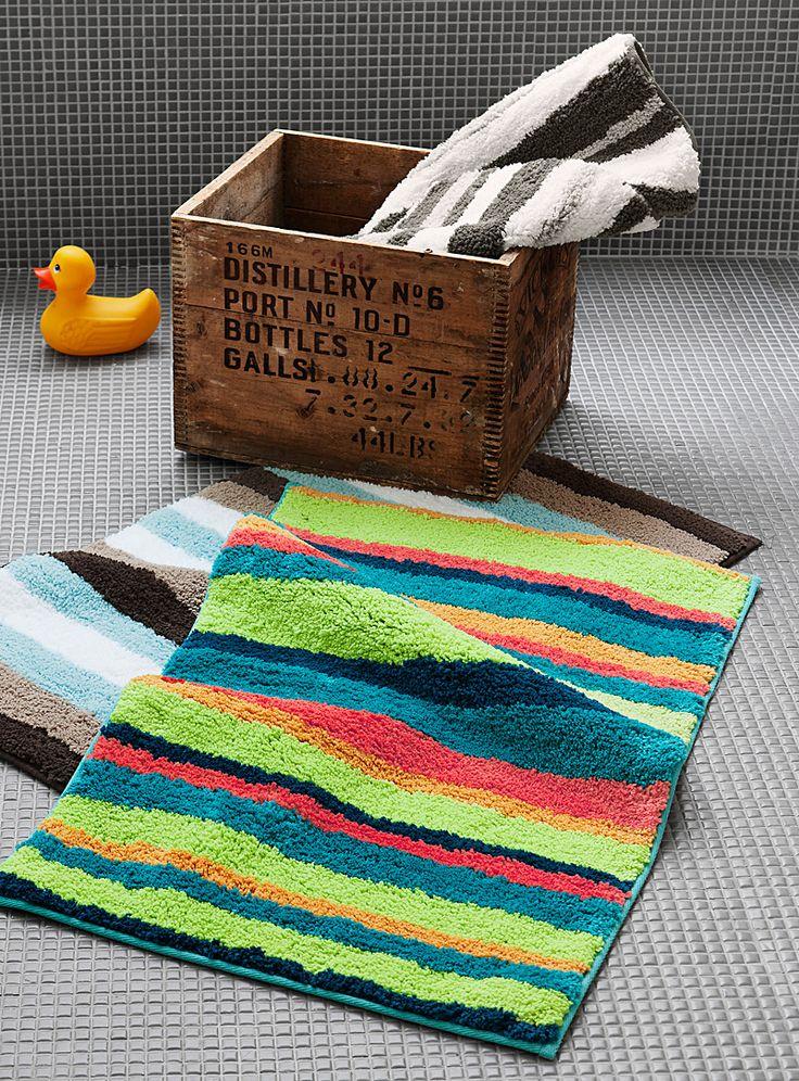 Exclusivité Simons Maison Un punch de couleur assuré dans la salle de bains avec ce tapis aux larges rayures blocs colorées en accent pop sur une microfibre ultra douce. - Revers antidérapant - Entretien sans souci, laver-sécher à la machine - 50x80 cm