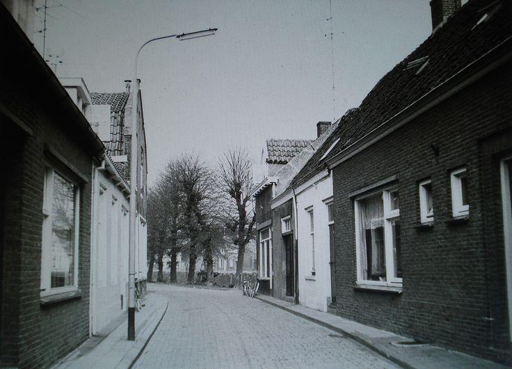Fabrieksstraat met rechts waar de fietsen staan de Fietsenwinkel van Jo Mulders, waar de bomen staan is Noordhaven in Zevenbergen