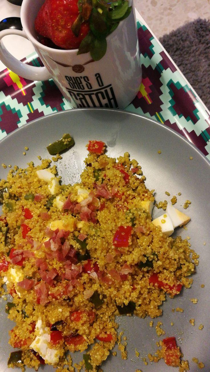 Ensalada de quinoa con queso  feta y cúrcuma