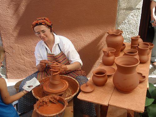 ALFARERÍA-Es el arte de elaborar vasijas de barro cocido.