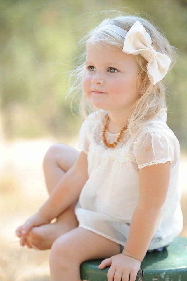 bébé fille avec blouse chic et bandeau à noeud assorti