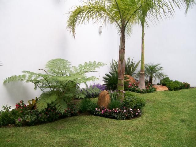 10 images about front yard landscaping ideas on pinterest for Modelos de jardines interiores