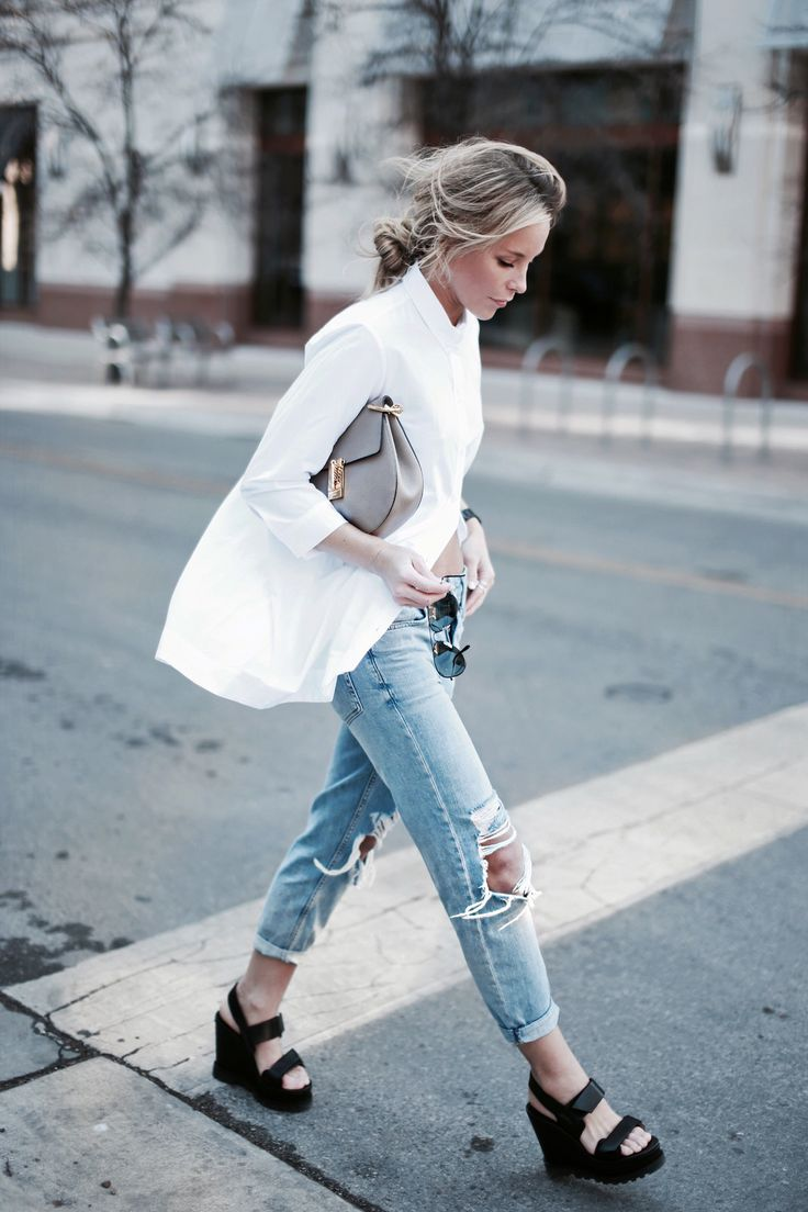 Ripped jeans, oversized white blouse, platform wedges.
