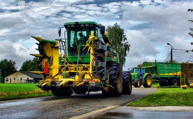 "John Deere Meerdere van tracteur freak Druk bezig met maïs hakselen..Well, for those English speaking Deere fans, I think this says ""What a freakin' cool picture of a John Deere tractor!"""