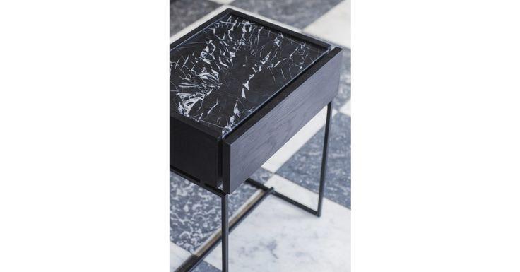 Prachtige bijzettafeltje met schuif en marmeren blad van het Belgisch ontwerpbureau Dialect.