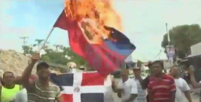 VIDEO – Agarran a seis por quemar #bandera #haitiana | Entérate>>