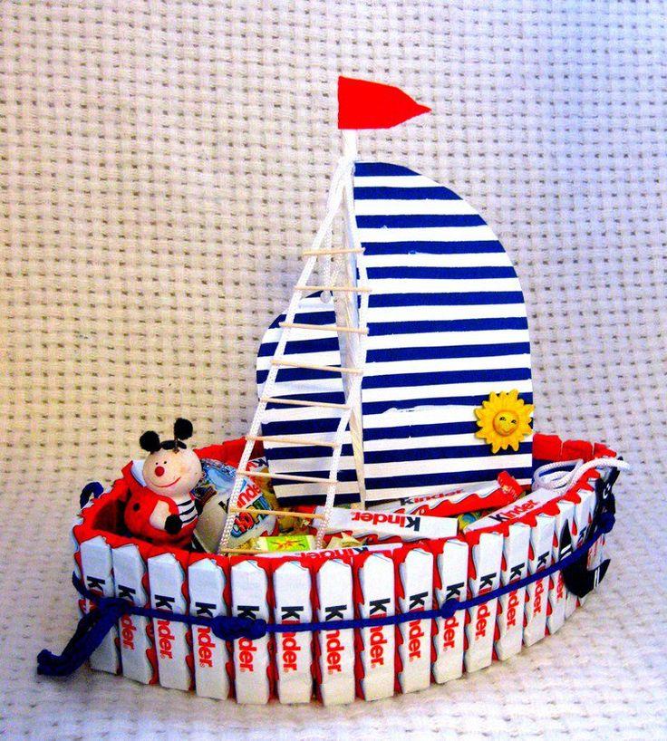 gâteau de bonbons en forme de bateau et déco avec des barres de chocolat - recettes de cuisine