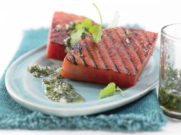 Der perfekte Snack für den Sommer. Gegrillte Wassermelone - mit Macadamia-Melissen-Pesto - smarter - Kalorien: 167 Kcal - Zeit: 20 Min. | eatsmarter.de