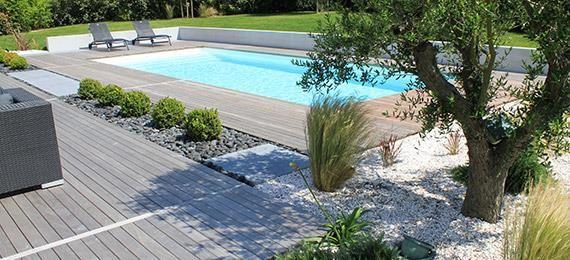 Piscine avec abords en bois et jardin min ral id e piscine pinterest min raux design et spas for Jardin avec piscine design