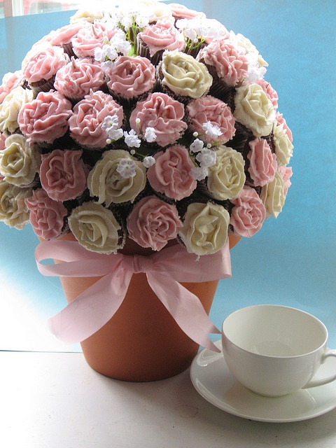 Beautiful & pretty Mini #Cupcake bouquet - We love and had to share! Great #CakeDecorating!