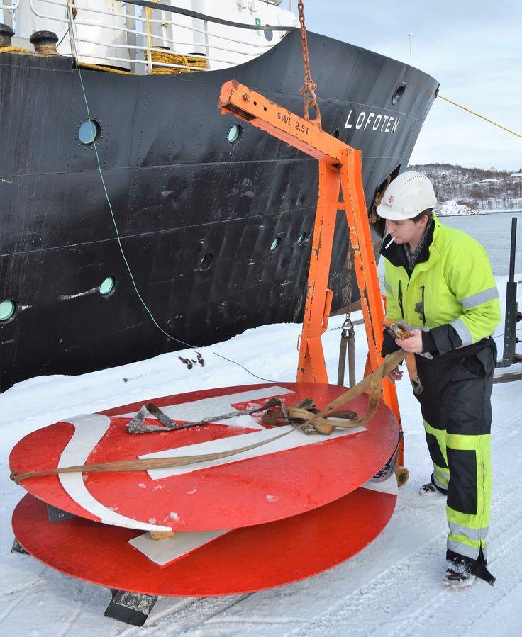 Logoen i skorsteinen fjernes før MS Lofoten får tilbake VDS-fargene med blått belte og to kvite ringer på svart skorstein. Stokmarknes mars 2015. foto: TGJ