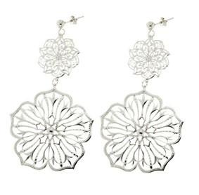 ORECCHINI IN ARGENTO RODIATO E FIORI TRAFORATI  Orecchini in argento rodiato e pendenti traforati a forma di fiore  Prices: $151.76