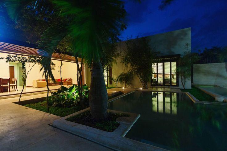Дизайн семейного дома Aldea: ночное освещение террасы и бассейна