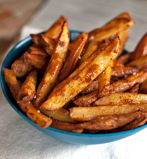 Bakes spicy fries with garlic cheese sauce
