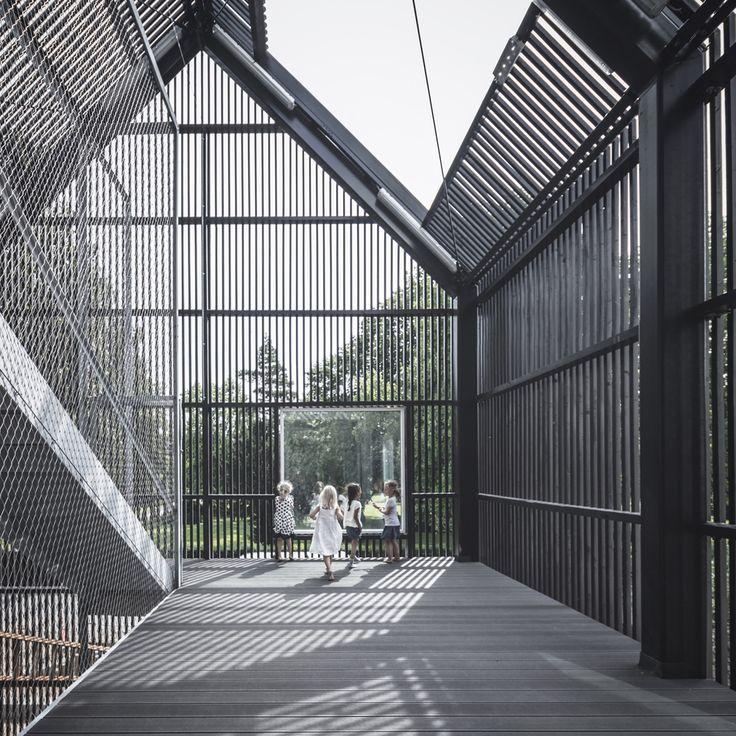 Como un pequeño pueblo, once casitas constituyen esta guardería —obra del estudio danés COBE—, situada a cinco kilómetros del centro de Copenhague, en el municipio de Frederiksberg. Fruto del concurso celebrado en 2011...