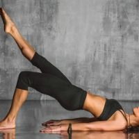 Awesome 20-minute yoga workout for weight loss performed by Courtney Bell. Lose weight with these yoga exercises that can be done from your home. Check it out!