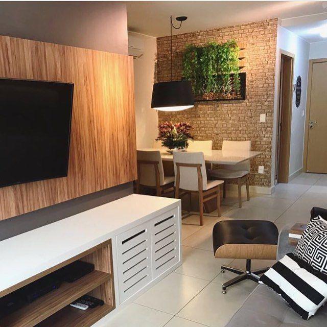 """669 curtidas, 8 comentários - Arquitetura de Interiores (@arq4home) no Instagram: """"Living aconchegante com uso de madeira e jardim vertical sobre o tijolinho na sala de jantar por…"""""""