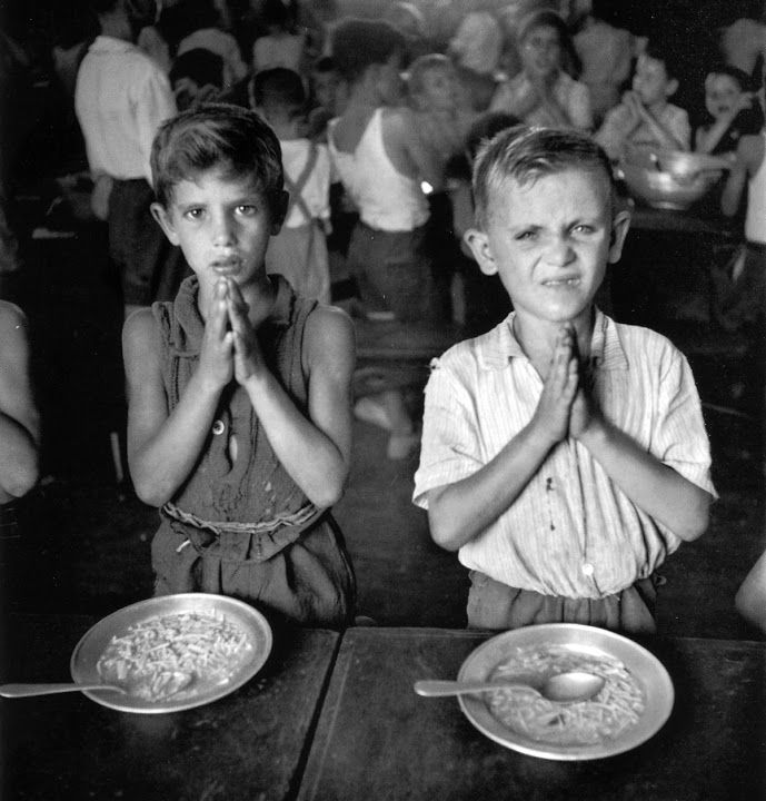 Praying before meals / Kids from the street //  Niños de la calle, Roma, Italia – David Seymour, 1948