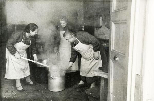 Mostra fotografica itinerante sulle donne tra antichi mestieri e nuovi rischi - Liguria Preparazione della refezione calda nelle scuole di via Cernaia. 1935 circa