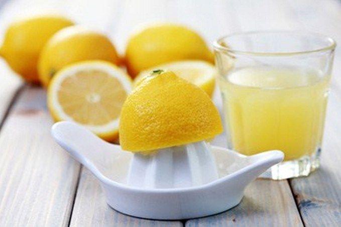 Если добавить при стирке от 1/4 до 1/2 чашки лимонного сока в воду, то вернёте потускневшему белью первоначальный свежий вид.