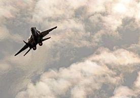 5-Oct-2015 18:22 - NAVO WAARSCHUWT RUSLAND OVER AANVALLEN SYRIË. De NAVO heeft Rusland dringend gevraagd de luchtaanvallen op de Syrische oppositie direct te staken. De Noord-Atlantische Raad, het politieke bestuursorgaan van de verdragsorganisatie, veroordeelt de Russische acties in Syrië, voor zover ze niet gericht zijn tegen doelen van Islamitische Staat. De permanente vertegenwoordigers van de NAVO-lidstaten zijn bezorgd over de Russische bombardementen bij de steden Homs,...