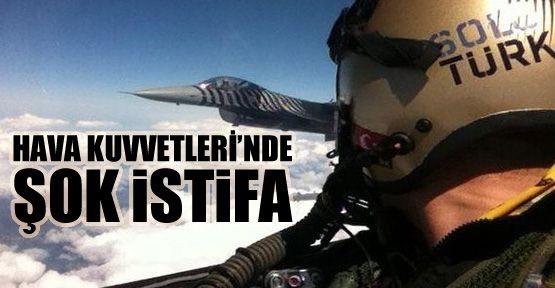 """Hava Kuvvetleri'nde şok istifa Türk Silahlı Kuvvetleri'nde ardı ardına gelen istifalara bir yenisi eklendi. F-16 savaş uçağıyla gösteriler yapan Solotürk ekibinin komutanı ve kurucularından Binbaşı Yalın Ahbab da Ordu'dan istifa etti.  36 yaşındaki pilot, 21 yıldır orduda görev yapıyordu. 12 yıldab bu yana F-16 pilotu olan Ahbab, istifasının ardından veda mektubu kaleme aldı.  """"Hiç yorgunluk hissetmiyorum; Türkiye Cumhuriyeti'ni ve Hava Kuvvetleri'ni yurt içi ve dışında temsil etmenin…"""