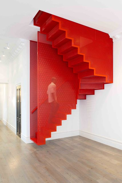 Red staircases... Beautiful feat! (legal, porem pode pesar o ambiente atraves do contraste)