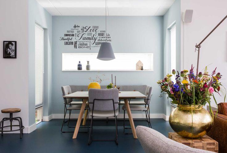 Blauwe eethoek met vierkante tafel bij Alicia en Shabaka uit aflevering 4, seizoen 7 | Make-over door: Fietje Bruijn | Fotografie Barbara Kieboom