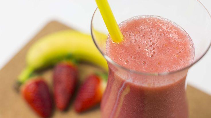 Как приготовить фруктовый коктейль из банана и клубники, который поможет...