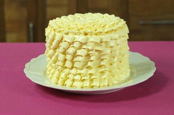 1) Preaqueça o forno a 180 °C. 2) Corte 3 discos de papel manteiga no diâmetro de 3 fôrmas redondas pequenas de 15 cm de diâmetro e forre o fundo das mesmas (não é necessário untar).3) Na tigela da batedeira junte a farinha de trigo, o açúcar refinado UNIÃO, o fermento em pó e o sal. Bata com a raquete em velocidade baixa para misturar.4) Junte à mistura de secos a manteiga em temperatura ambiente cortada em cubos pequenos. 5) Bata em velocidade média/baixa até formar uma mistura de text...