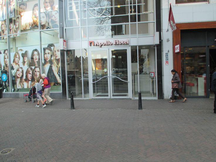 Schijn bedriegt. Vanaf de buitenkant gezien, lijkt dit een prima toegankelijk Utrechts hotel. Achter de schuifdeuren bevindt zich echter een trap!
