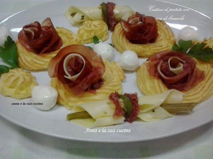 I cestini di patate con rose di bresaola e formaggio un ottimo antipasto d'effetto, ma anche molto gustoso con un cuore di gorgonzola all'interno.