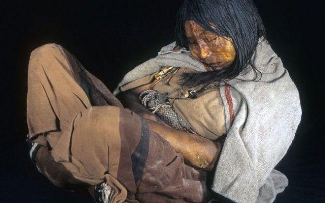 """La """"vergine congelata"""": questo il nome della mummia rinvenuta sulle Ande a 6,700 metri di quota!! I capelli raccolti in treccine della mummia di una ragazzina rinvenuta sulle Ande, nell'odierna Argentina, al centro di quello che un tempo era l'impero Inca, divenuta celeberrima come """"la vergine co #mummia #archeologia #ande #argentina #inca"""