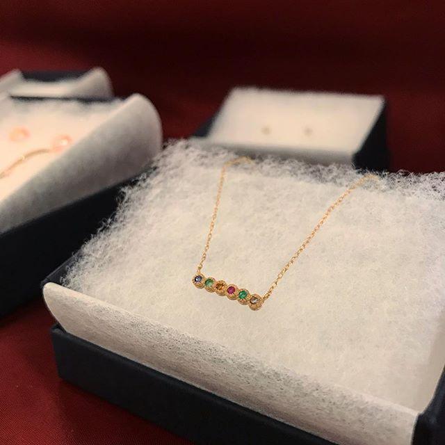 メッセージが隠れてるネックレス。  K10ゴールド&天然石の組み合わせがカラフルで可愛いんです💕  -  DEAREST(親愛)、REMEMVER(思い出)、DREAM(夢)などなど、全8種類の言葉があります!  -  クリスマスギフトにもおすすめなジュエリーです😊✨  -  #親愛なる君へ #思い出 #夢 #天然石 #ネックレス #soeursjewelry #dearest #remember #dream #necklace #preciousstones #message