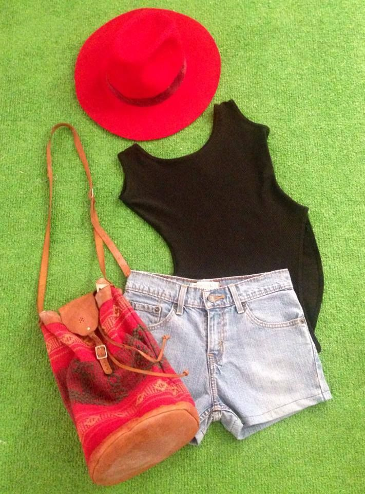 Leotardo negro, high waisted shorts, sombrero de ala ancha y bolsa étnica.   www.mercadillovintage.mx