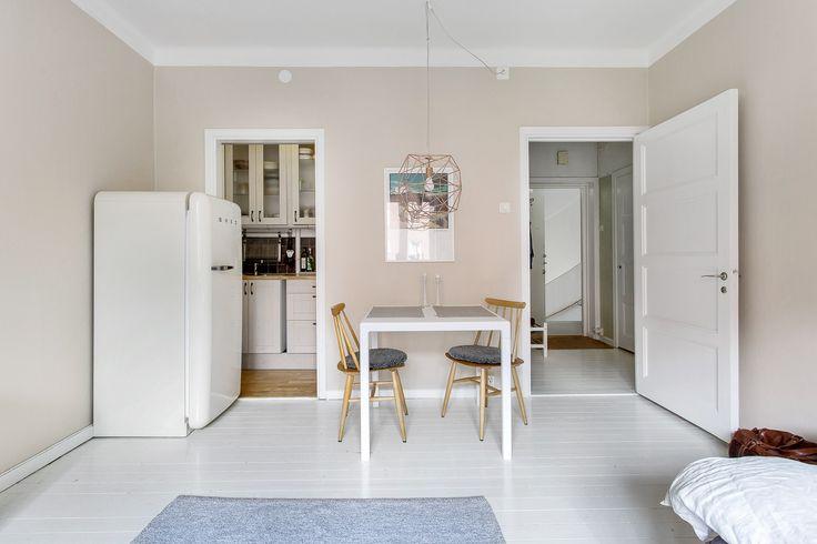 Charmig, ljus 30-tals etta med kokvrå, perfekt som första boende, för studenten eller pendlaren. Lägenheten är belägen en halv trappa upp och har tidstypiska detaljer som högt i tak, spegeldörrar, vitmålade furugolv och fönsterbräda i marmor. Stort rum med plats för säng och ytterligare möblemang, kokvrå med gott om förvaring och duschrum med kakel och klinker.  I hallen finns god förvaring i inbyggd garderob med hyllplan och klädstång. Extra förvaring finns i två externa förråd. I källaren…