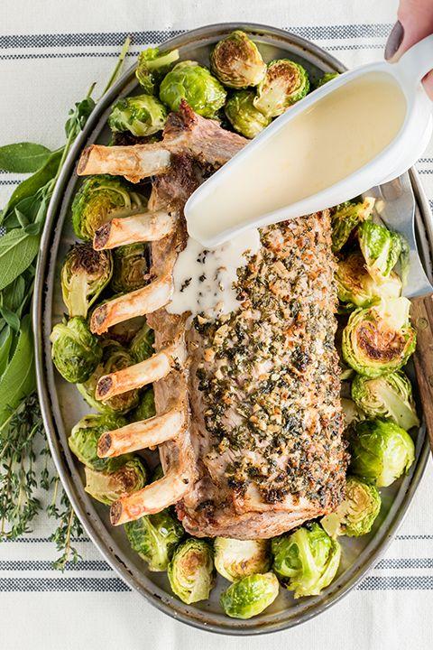 INGRÉDIENTS PAR SAPUTO | Épatez votre famille avec ce carré de porc, sauce au fromage Parmesan Saputo, choux de Bruxelles grillés et herbes aromatiques. Un plat facile qui en séduira plus d'un!