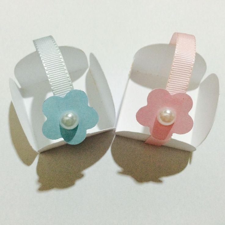 Forminha confeccionada em papel gramatura 180 com fita em gorgorão e flor em papel gramatura 180 ou Eva  Pode se escolher a cor da forminha, da fita e da florzinha.  Frete não incluso  Mínimo 50 unidades em até 2 cores