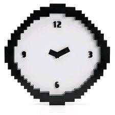 Reloj de pared pixelado, de nuevo a la venta en el Péndulo.