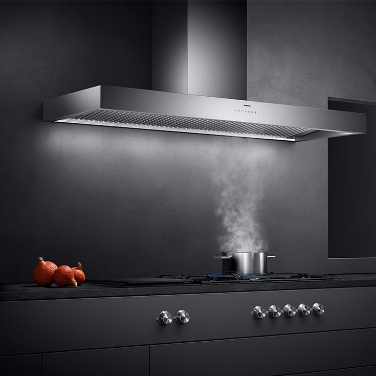 The 400 series AW 442 wall-mounted hood provides highly efficient extraction of cooking vapour due to its large collection area and angled baffle filters. Total efficiency with minimalist design.
