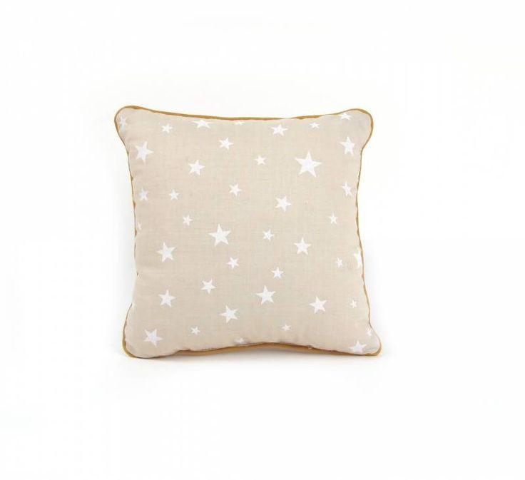 Super leuk zandkleurig kussentje van Nobodinoz met witte sterren print afgewerkt met een biesje. Combineert te gek met de andere Nobodinoz kussens en dekbedden.