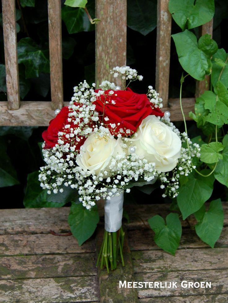 Boeket bruidsmeisje - rode en witte rozen, wit gipskruid. www.meesterlijkgroen.nl