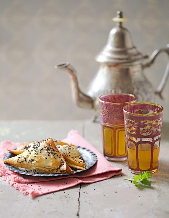 Prepara un rico té a la menta marroquí para acompañar estas burekas de manzana, canela y cardamomo.